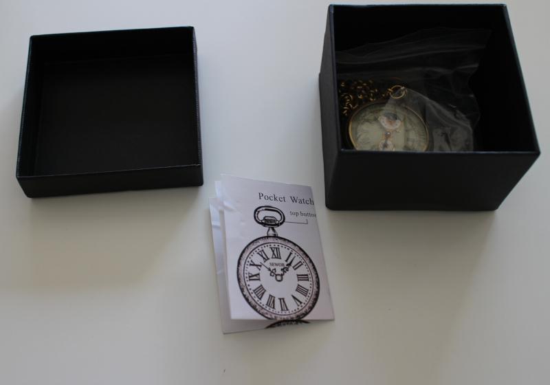 Содержимое коробки с часами Sewor T003
