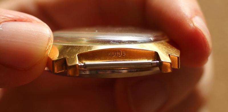 Клеймо AU10 на корпусе часов