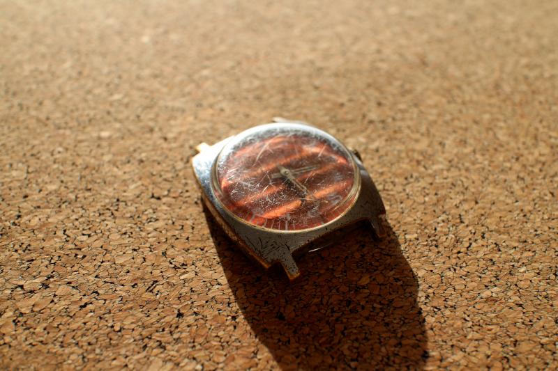 Часы ЗИМ с боковой секундной стрелкой, красным циферблатом и Олимпийским Мишкой в честь Московской Летней Олимпиады 1980 года